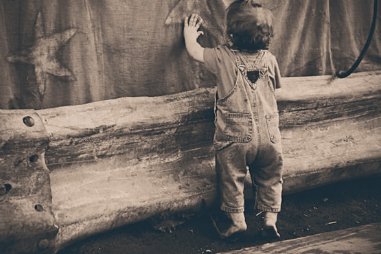 Free Little boy touching circus canvas