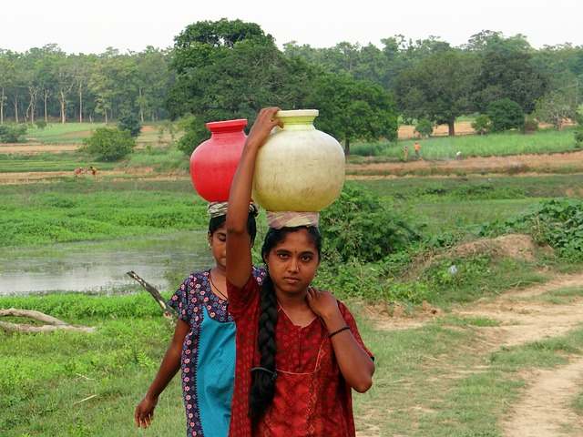 Free women village fetching water pot hands-free