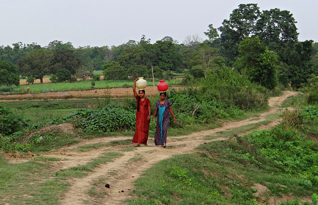 Free women village fetching water pot hands-free