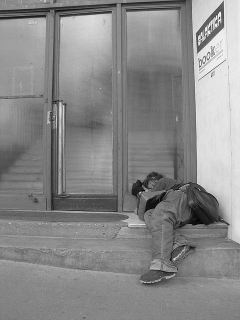 Free homeless fedélnélküli man sleep street gate