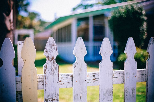 Free picket fences fence fencing neighbor neighbour