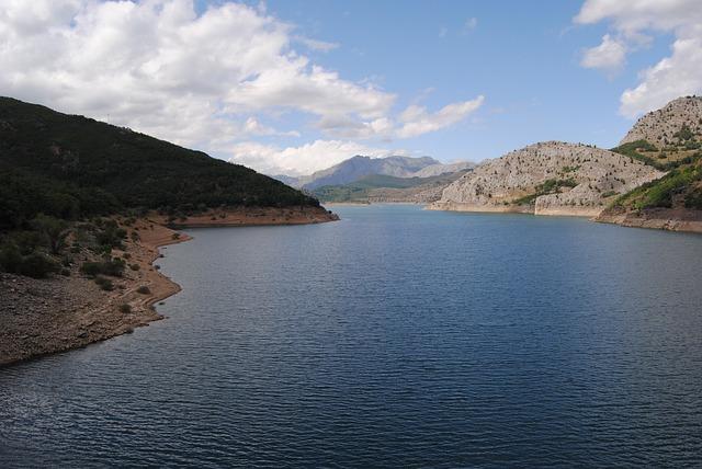 Free reservoir neighborhoods of moon leon spain lake