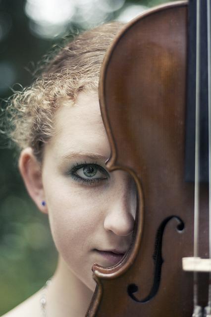 Free girl image violin music treble clef