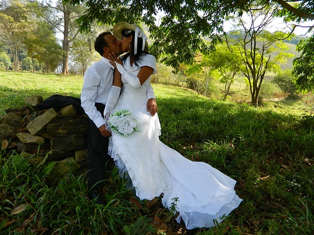 Free bride casal grooms honeymoon couple in nature