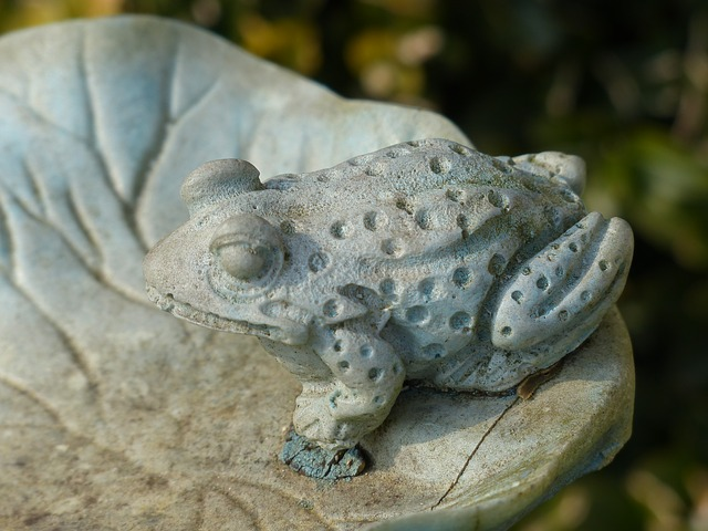 Free stone figure frog fig ornament garden