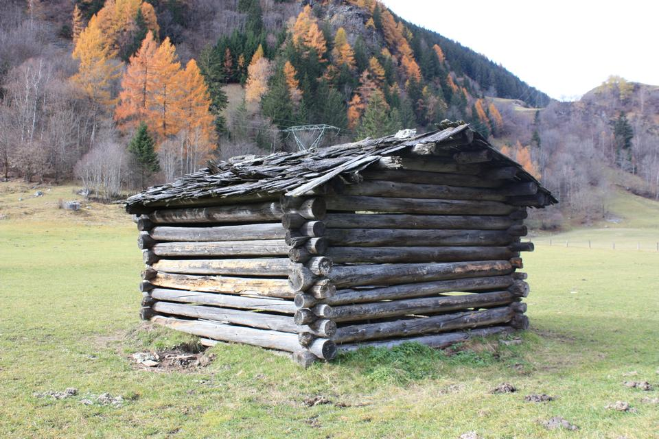 Free Old Barn in Autumn