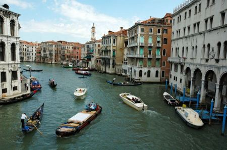 Free Venice Grand canal with gondolas and Rialto Bridge, Italy