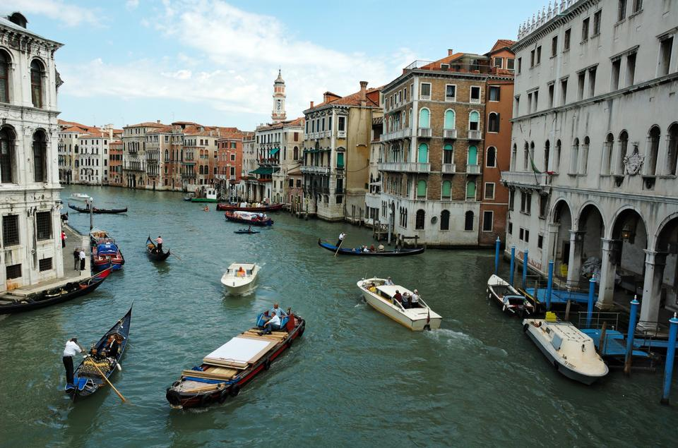 Free Venice Grand canal with gondolas and Rialto Bridge, Italy