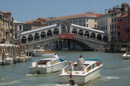 Free Rialto Bridge (Ponte Di Rialto) on a sunny day with tourists