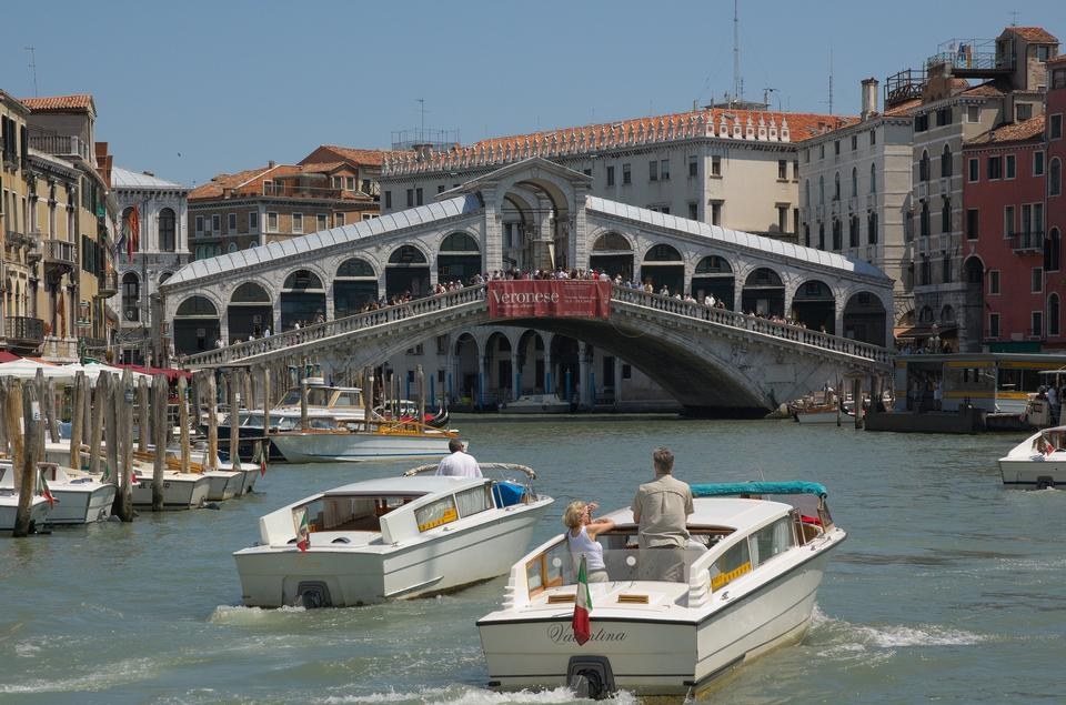 Free Photos: Rialto Bridge (Ponte Di Rialto) on a sunny day with tourists | eurosnap