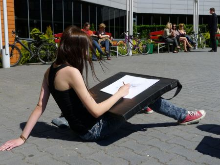 Free Young artist painting an city scape