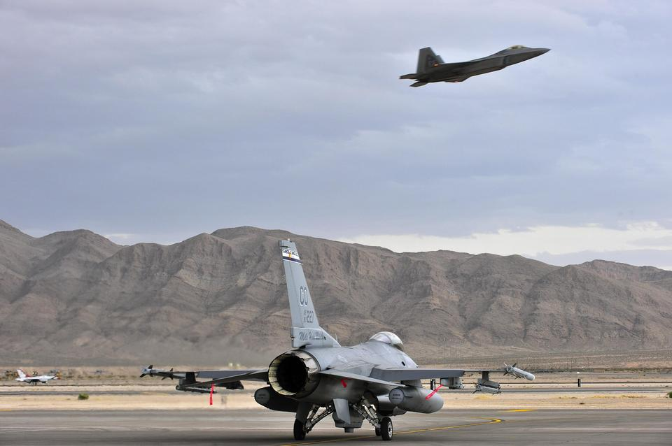 Free An F-16 Fighting Falcon taxis for a training mission