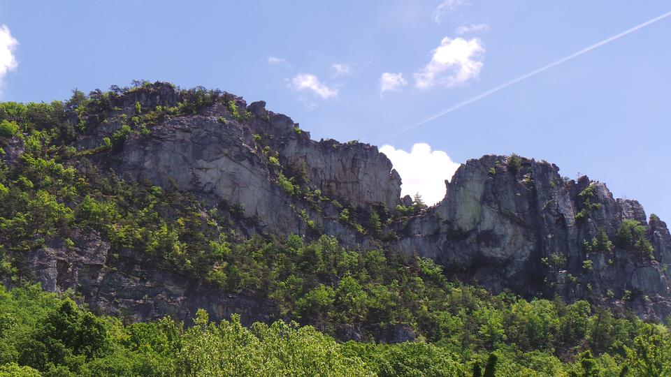 Free Seneca Rocks, 1 of the world's most popular places for rock climb