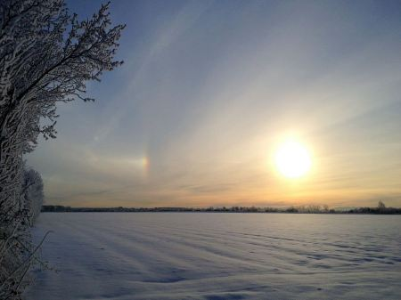 Free Golden sunset behind snow field