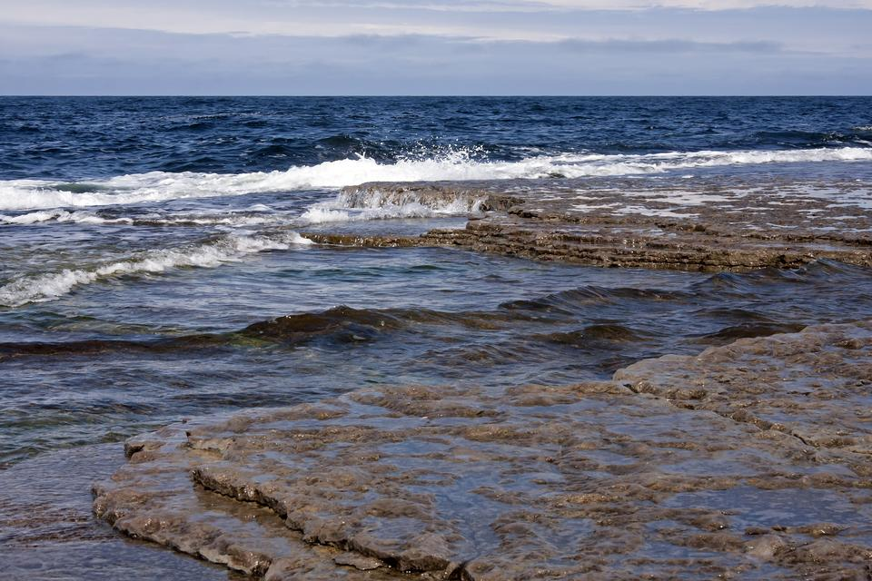 Free rock and splashing waves in sea