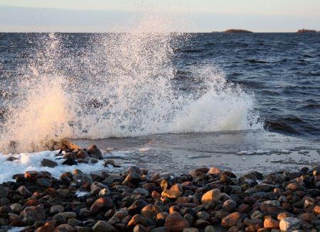 Free sea waves between the rocks