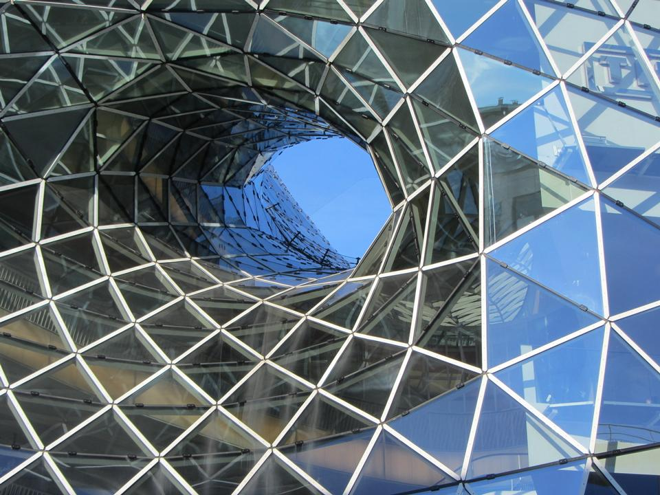 Free geometric glass facade
