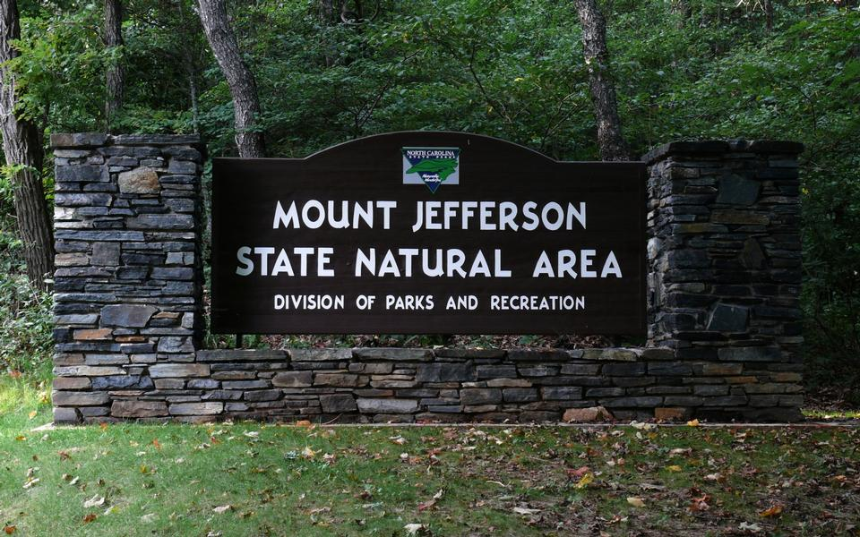 Free sign at the entrance to Mount Jefferson State Natural Area
