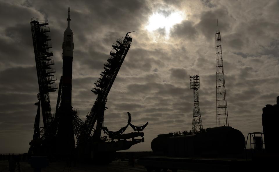 Free The gantry arms begin to close around the Soyuz spacecraft