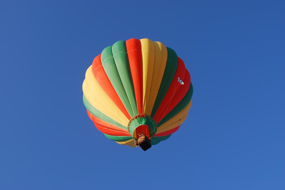 Free hot air balloon in blue sky