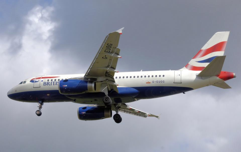 Free British Airways Airbus A319-100 lands at London