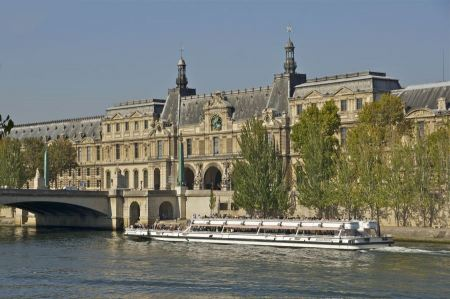 Free tourist cruise in River Seine Paris