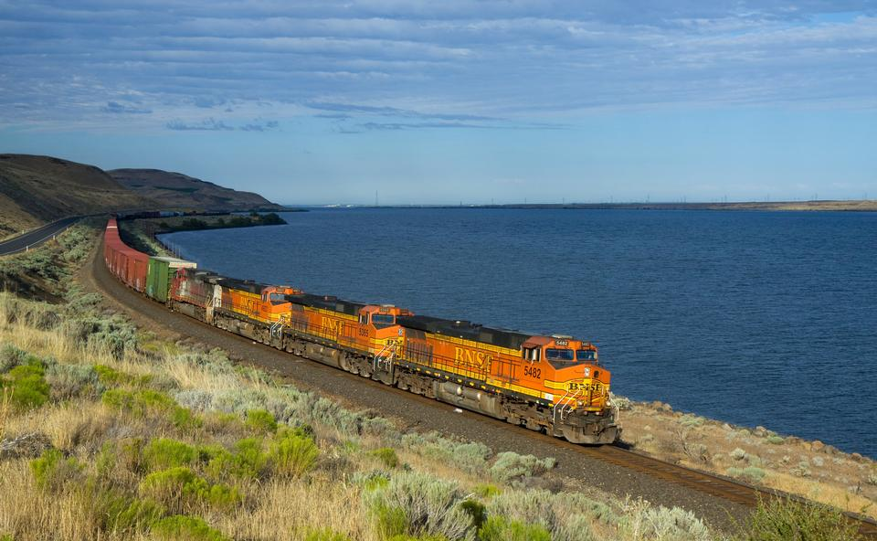 Free freight train between Kennewick and Wishram, WA