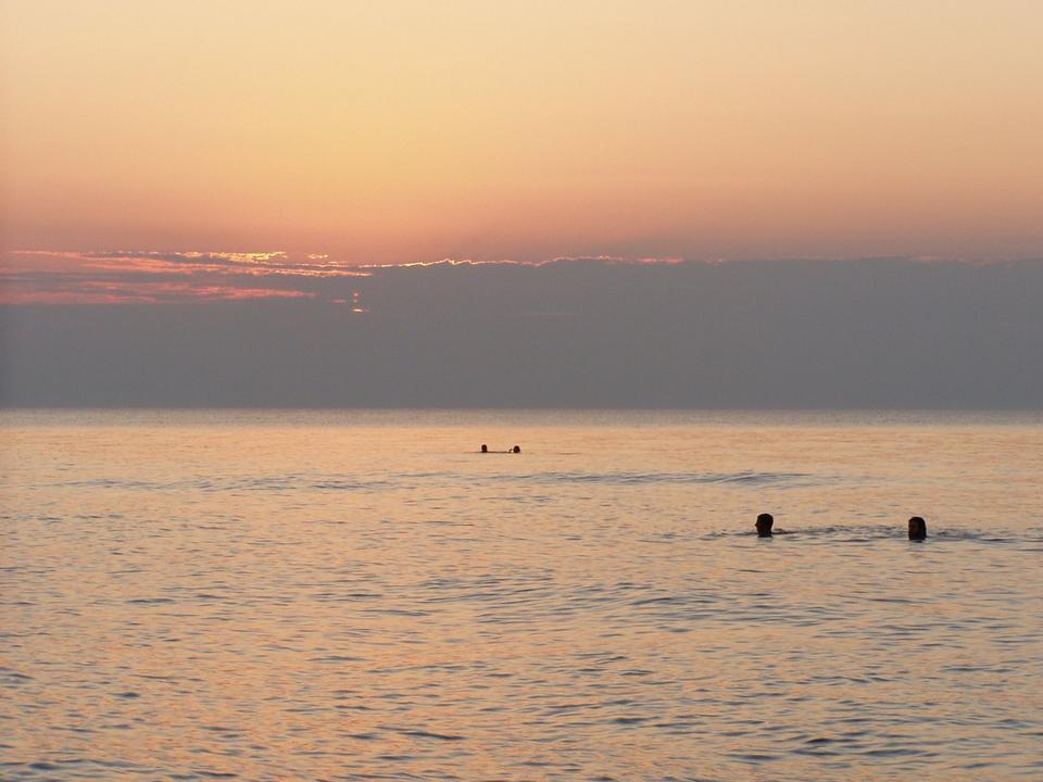 Free sun setting over Lake View beach