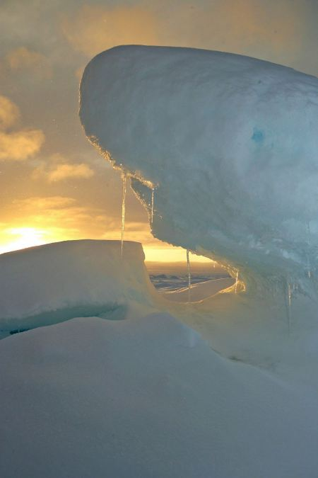 Free Pressure ridge and melt water at the Geographic North Pole