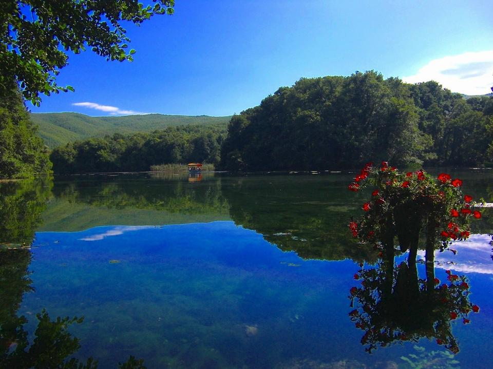 Free Summer view of lake and mountain reflections