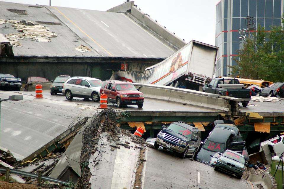 Free Cars rest on the collapsed portion of I-35W Mississippi