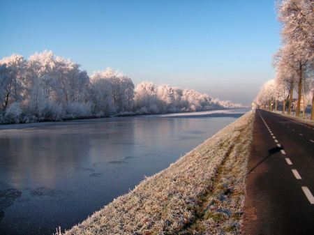 Free winter snow covered road in the netherlands