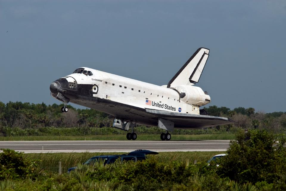 Free Endeavour lands after STS-127 at the Kennedy Space Center Shuttle