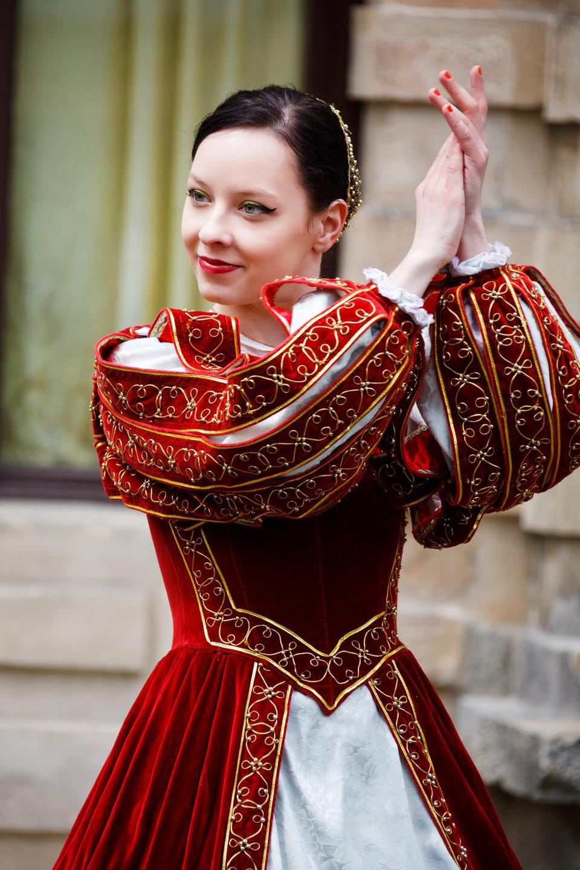 Free Portrait of elegant woman in medieval antique era dress