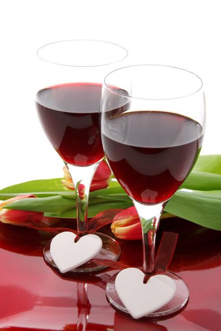 Free Two glasses of red wine decorated with ceramic hearts
