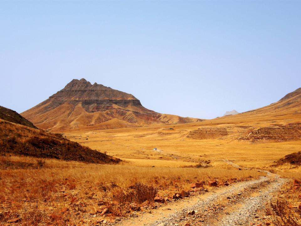 Free Bare dirt road through drylands of Namibia