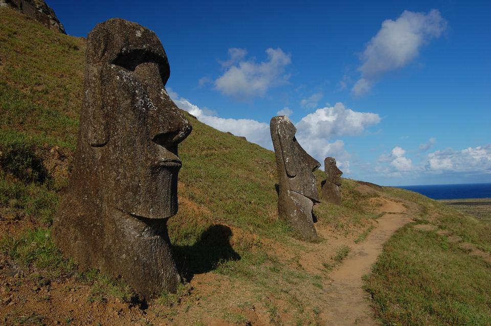 Free Trail by the moai at Rano Raraku
