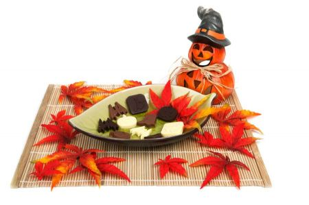Free Halloween decoration with candy on placemat