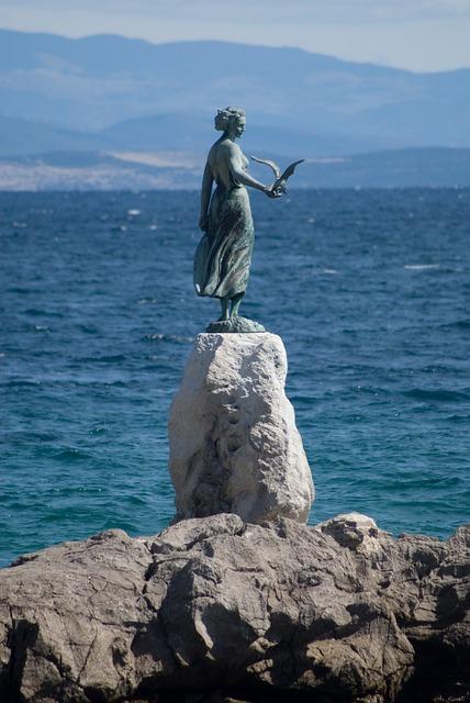 Free statue sea coast