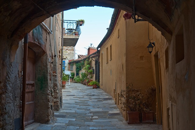 Free italy town alley sidewalk buildings arch stone