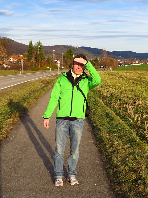 Free man ausschau jacket green shadow nature sun