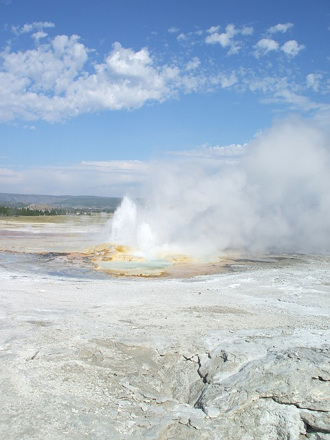 Free yellowstone old faithful geyser hot spring america