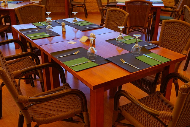 Free glass cutlery service table dinner table covered
