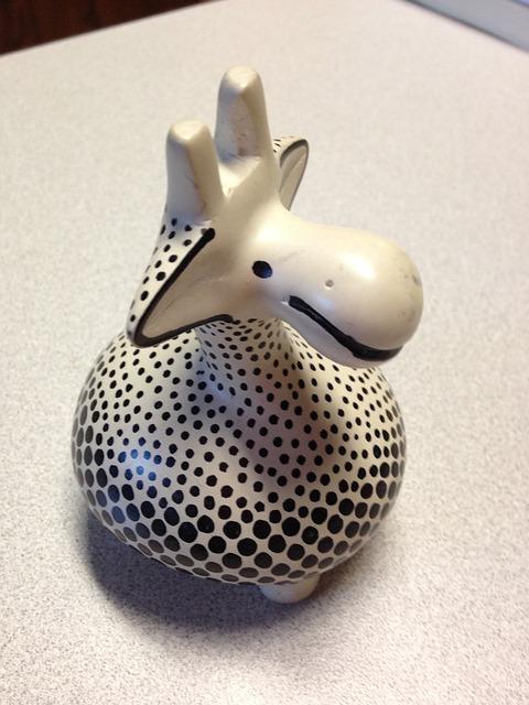 Free giraffe figure animal happy sculpture souvenir