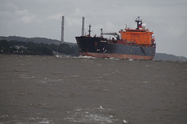 Free ship freighter frachtschiff port elbe water