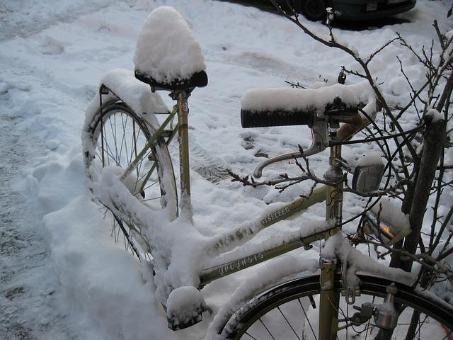 Free bike eingschneit old snow winter cold white