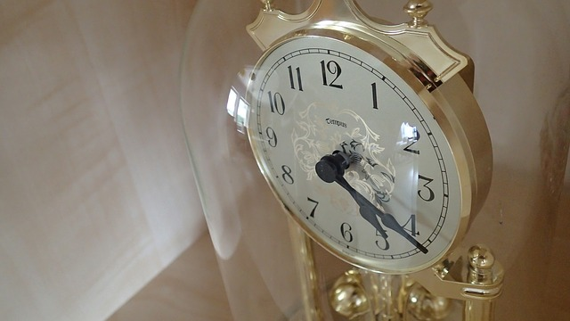 Free clock time isolated glass