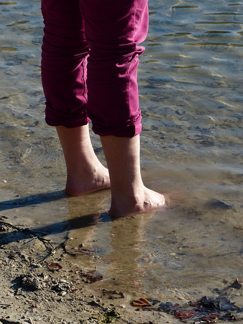 Free barefoot water see cold legs frisch