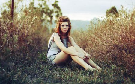 Free Girl Sitting in Field Wallpaper